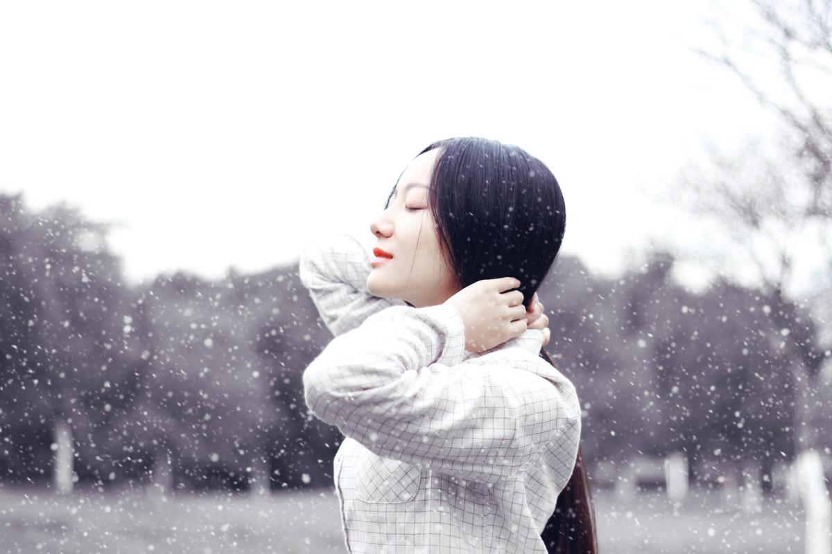 美女背影真实照片:冬季唯美美女图片背影