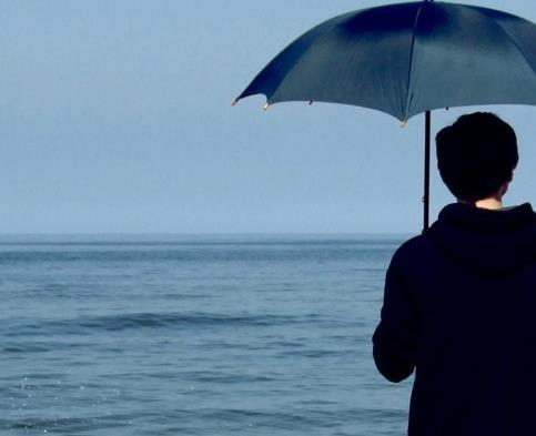 男生雨中伤感淋雨图片:淋雨的图片