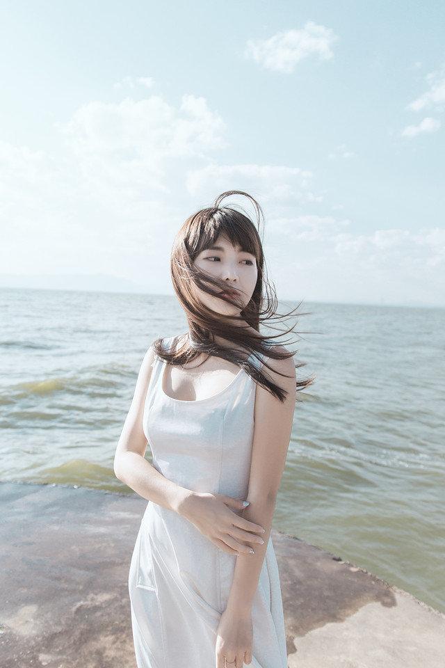大海美女背影图片唯美:海边唯美图片女生背影