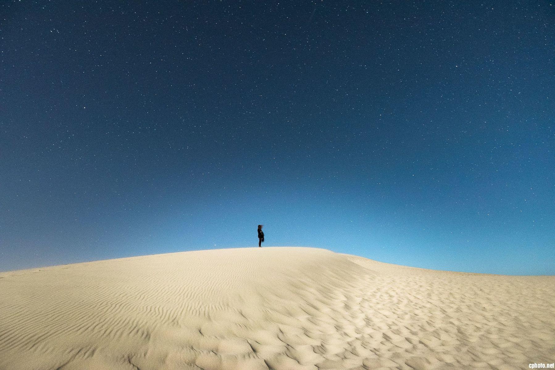 一个人抬头望天空图片