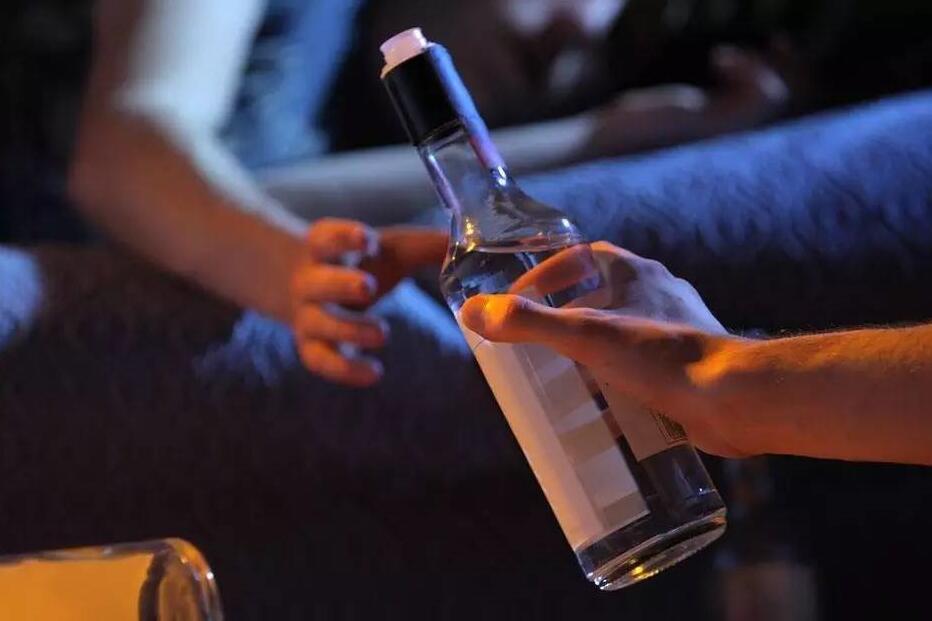 如果你问我酒是什么滋味,我会告诉你它像极了感情