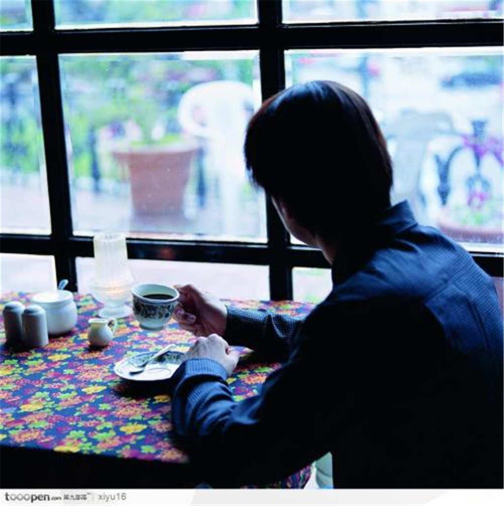 一个人喝咖啡发呆图片