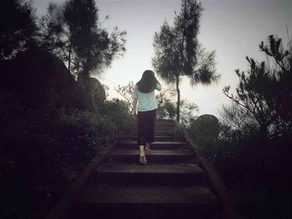 一个人落寞的背影女生