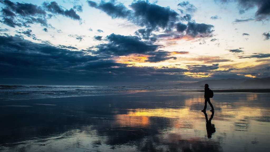 海边一个人孤单的身影图片