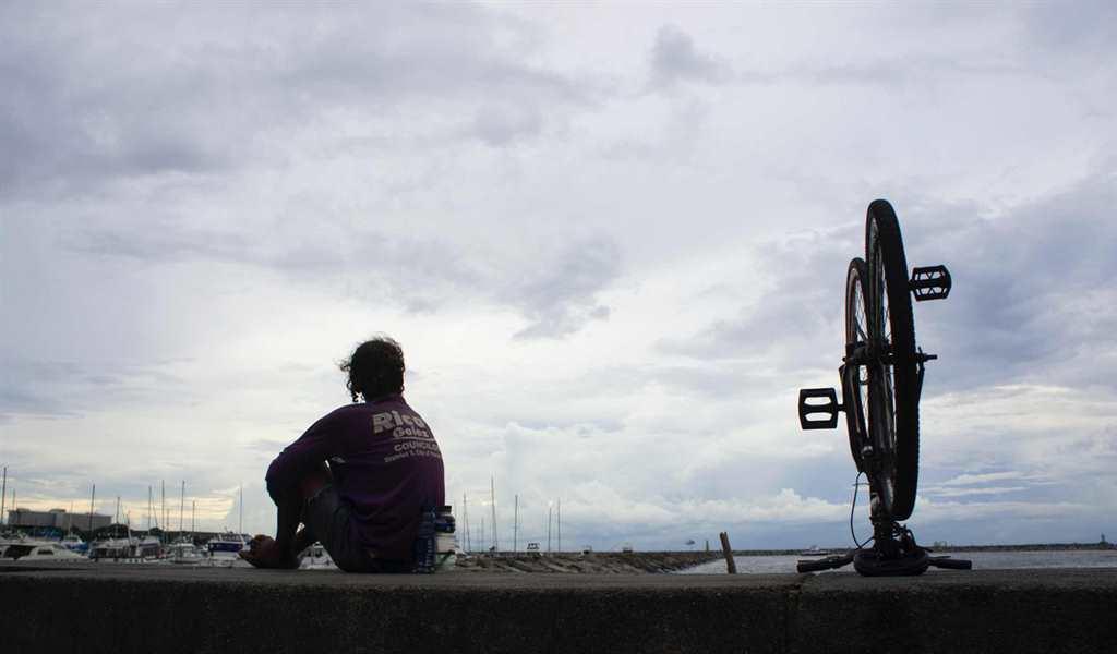 一个人孤独坐在海边