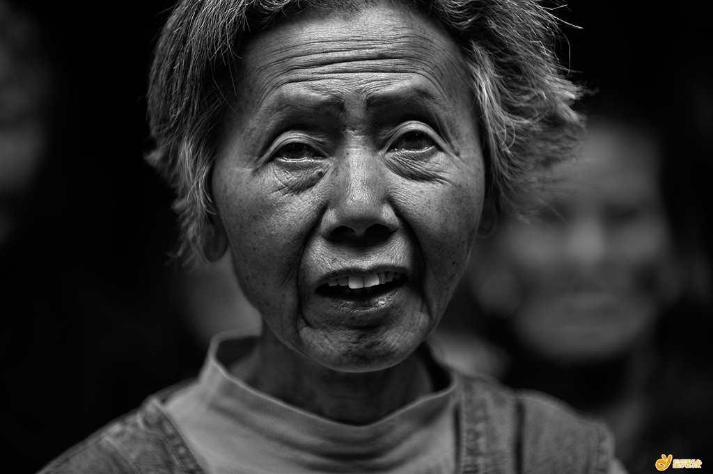 苍老的容颜,期盼的眼神.#老人#黑白
