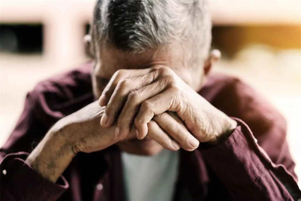 他们甚至会产生绝望,无助与无用感.#老人